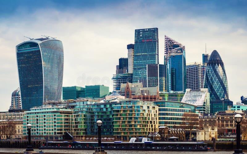 Лондон, Англия - панорамный взгляд район ` s банка, Лондона ведущий финансовый стоковая фотография