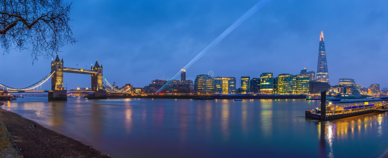 Лондон, Англия - панорамный взгляд ` s Лондона большинств известные значки на голубом часе стоковое фото rf