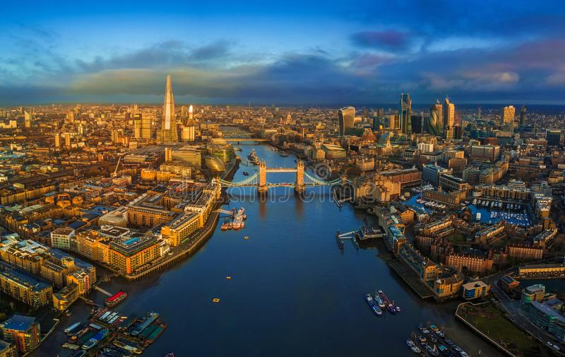 Лондон, Англия - панорамный воздушный взгляд горизонта Лондона включая иконический мост башни с красным двухэтажным автобусом стоковые изображения
