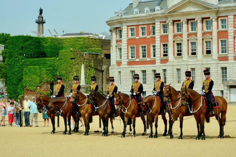 Лондон, Великобритания, июль 2019 Изменение предохранителя на конногвардейском полке проходит парадом, построение конногвардейско стоковое изображение