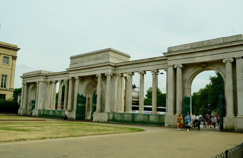 Лондон, Великобритания, июль 2019 Экран Гайд-парка, конструированный Decimus Burton и завершенный в 1828 Это угловой вход к Гайд- стоковая фотография rf