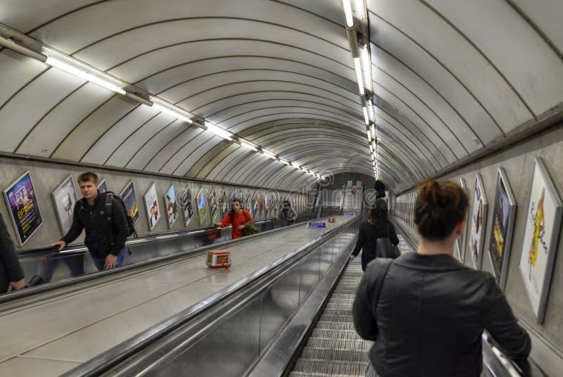 Лондон, Великобритания, июнь 2018 Эскалаторы Лондона подземные стоковые изображения rf