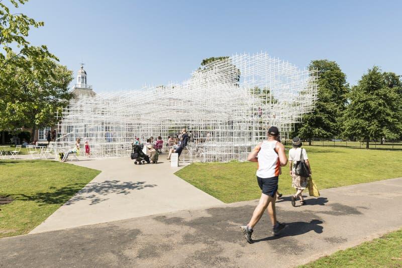 ЛОНДОН, ВЕЛИКОБРИТАНИЯ - 1-ОЕ АВГУСТА: Посетители парка наслаждаясь солнечной погодой стоковые фотографии rf
