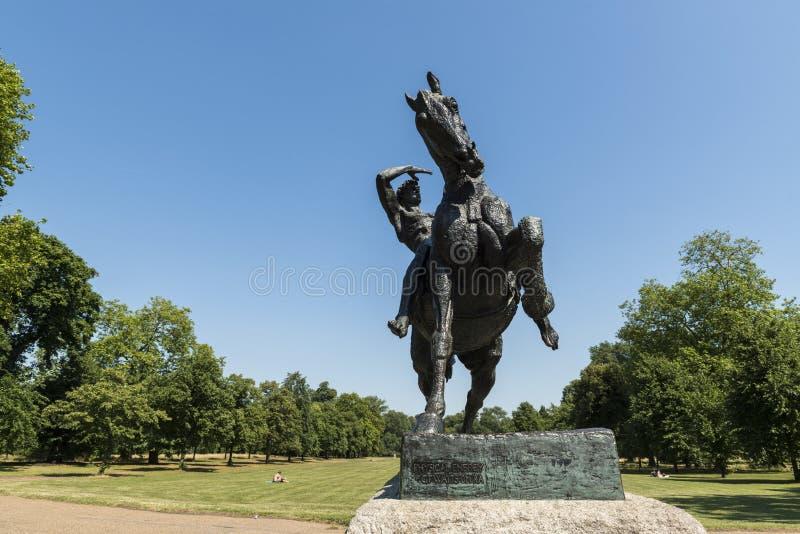 ЛОНДОН, ВЕЛИКОБРИТАНИЯ - 1-ОЕ АВГУСТА: Скульптура лошади и всадника вызвала Physica стоковые фото