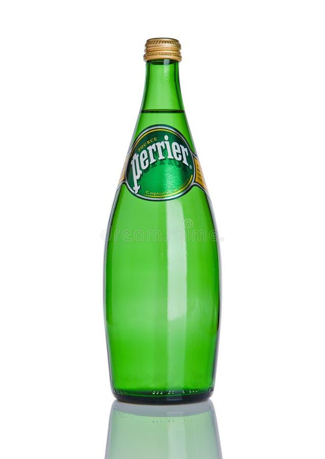 ЛОНДОН, ВЕЛИКОБРИТАНИЯ - 6-ОЕ ДЕКАБРЯ 2016: Бутылка воды Perrier сверкная Perrier французский бренд естественной разлитой по буты стоковое изображение