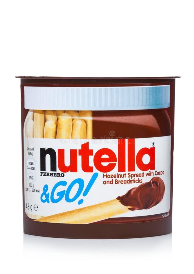 ЛОНДОН, ВЕЛИКОБРИТАНИЯ - 7-ОЕ ДЕКАБРЯ 2017: Масло сливк шоколада Nutella с breadsticks на белизне Nutella фирменное наименование  стоковое изображение