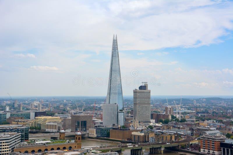 ЛОНДОН, ВЕЛИКОБРИТАНИЯ - 19-ОЕ ИЮЛЯ 2014: Взгляд Лондона сверху Небоскреб черепка Лондон от собора St Paul стоковые фото