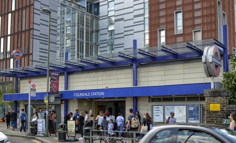 Лондон, Великобритания, 14-ое июня 2018 Вход к станции метро Colindale стоковое изображение rf