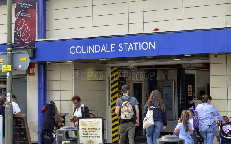 Лондон, Великобритания, 14-ое июня 2018 Вход к станции метро Colindale стоковые изображения rf