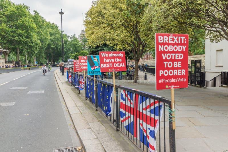 Лондон/Великобритания - 26-ое июня 2019 - знаки Про-ЕС анти--Brexit и флаги Европейского союза/Юниона Джек outride парламент стоковые фото