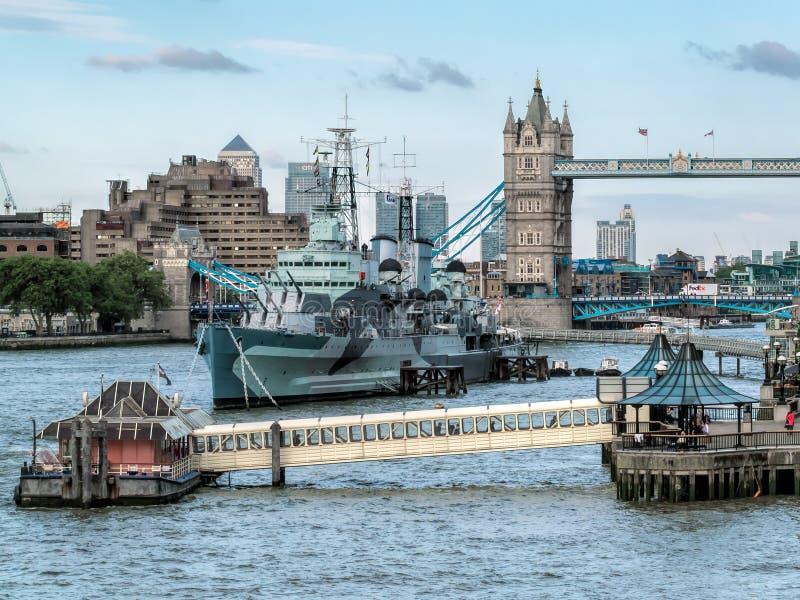ЛОНДОН, ВЕЛИКОБРИТАНИЯ - 14-ОЕ ИЮНЯ: HMS Белфаст поставленный на якорь около моста башни внутри стоковое фото rf