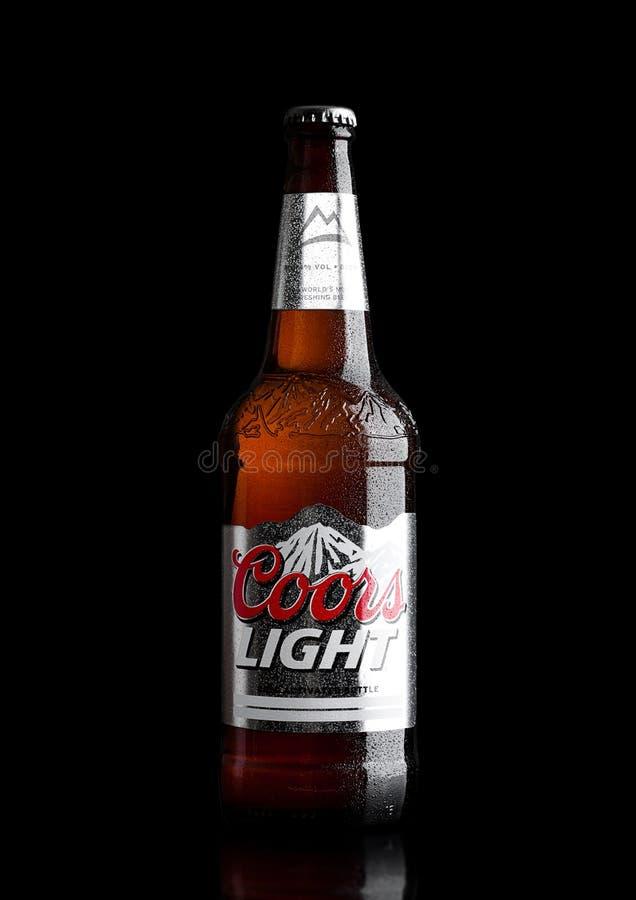 ЛОНДОН, ВЕЛИКОБРИТАНИЯ - 30-ОЕ МАРТА 2017: Бутылка пива Coors Light на черноте Coors приводится в действие винзавод в золотом, Ко стоковая фотография