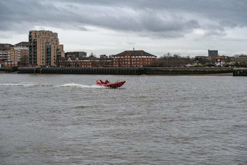 Лондон, Великобритания - 5-ое марта 2019: Туристская шлюпка на реке Темза Лондоне Англии Великобритании стоковое изображение