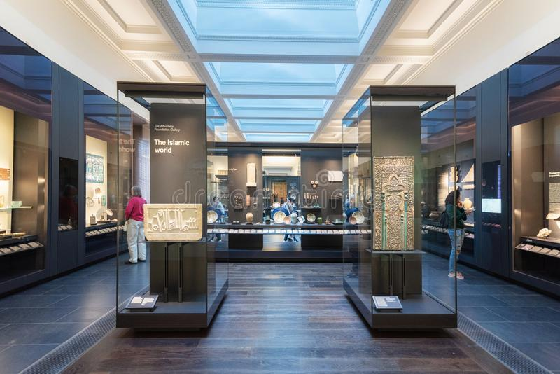 Лондон, Великобритания - 13-ое мая 2019: Великобританский музей, Лондон Исламская художественная выставка, археологические артефа стоковые фотографии rf