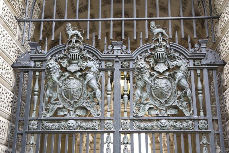 Лондон, Великобритания - 22-ое мая 2016: ковка чугуна ворот казначейства с гербом, львом и единорогом стоковая фотография