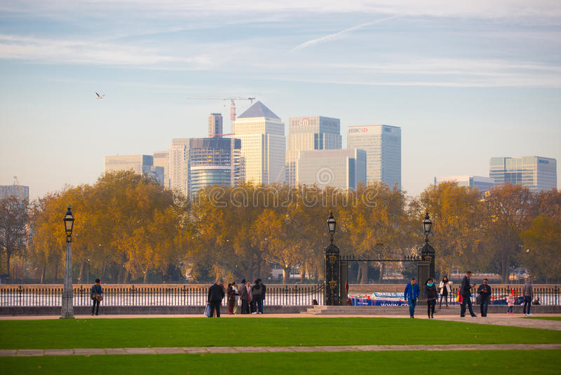 ЛОНДОН, ВЕЛИКОБРИТАНИЯ - 31-ОЕ ОКТЯБРЯ 2015: Панорама канереечного причала в вечере Взгляд от Гринвича стоковое фото