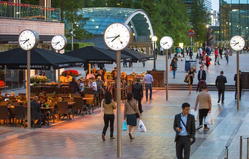 ЛОНДОН, ВЕЛИКОБРИТАНИЯ - 7-ОЕ СЕНТЯБРЯ 2015: Канереечная ночная жизнь причала Люди сидя в местном ресторане после рабочего дня до стоковые изображения