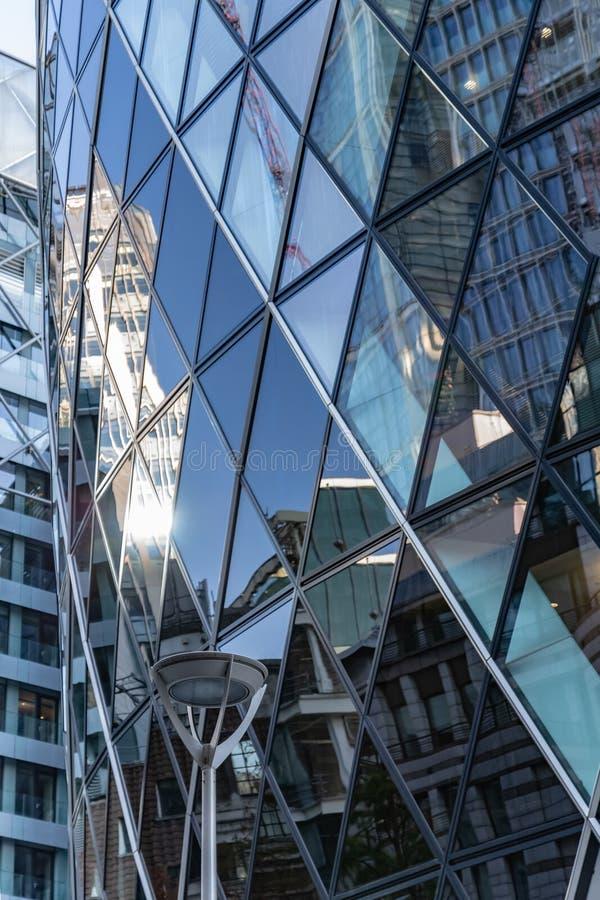 Лондон, Великобритания - 2-ое сентября 2018: Отражения города в окнах здания Лондона корнишона стоковое изображение