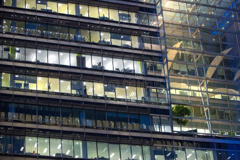 ЛОНДОН, ВЕЛИКОБРИТАНИЯ - 7-ОЕ СЕНТЯБРЯ 2015: Офисное здание в свете ночи Канереечная ночная жизнь причала стоковое изображение