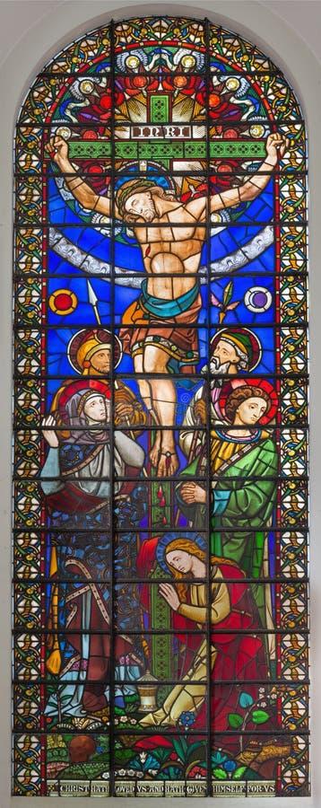 ЛОНДОН, ВЕЛИКОБРИТАНИЯ - 14-ОЕ СЕНТЯБРЯ 2017: Распятие Иисуса на цветном стекле в церков St Michael Cornhill стоковое изображение