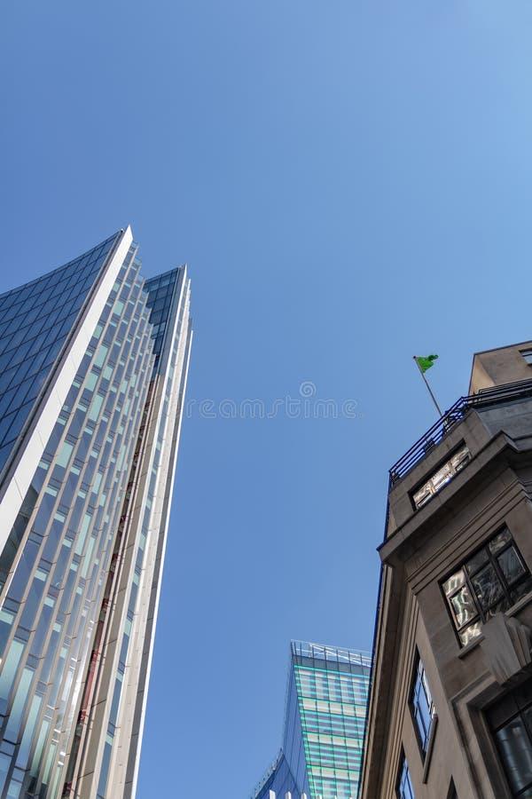 Лондон, Великобритания - 2-ое сентября 2018: Фасады небоскреба стеклянные на ярком солнечном дне на предпосылке голубого неба Фин стоковое фото