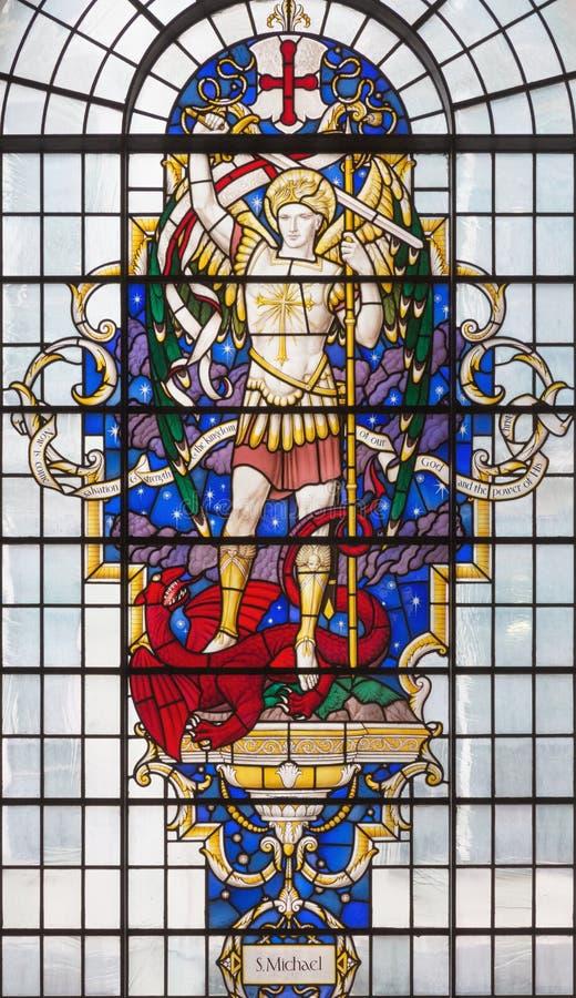 ЛОНДОН, ВЕЛИКОБРИТАНИЯ - 14-ОЕ СЕНТЯБРЯ 2017: St Michael Архангел на цветном стекле в церков Св. Лаврентии Jewry стоковое изображение