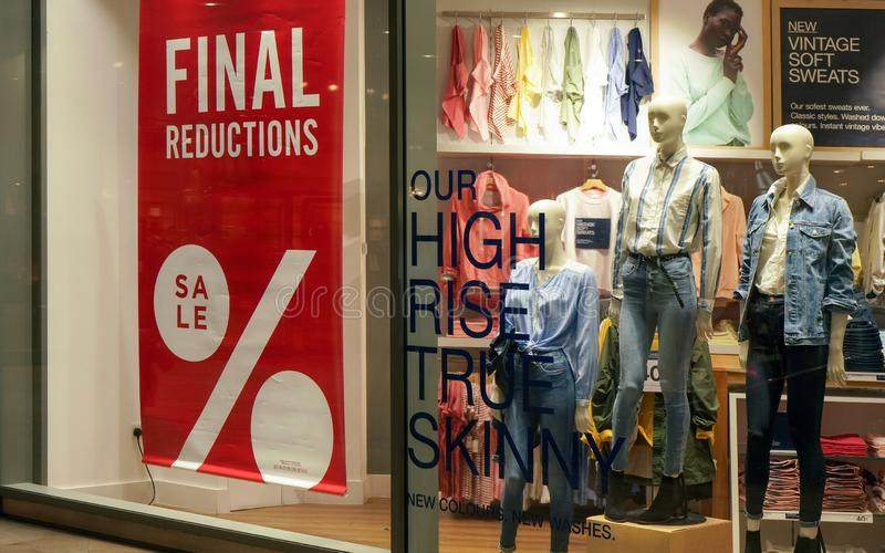 Лондон, Великобритания - 1-ое февраля 2019: Окончательный знак продажи уменьшений на витрине моды Товары обычно уменьшены в цену стоковое фото