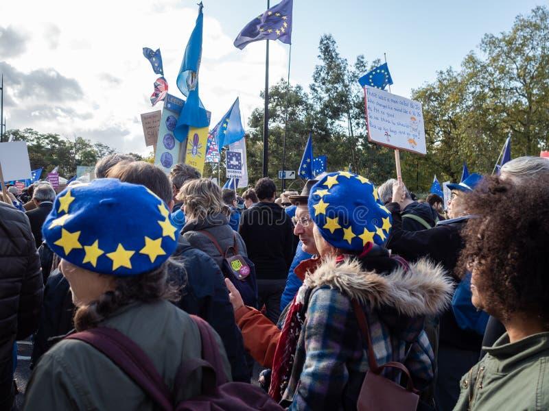 ЛОНДОН, Великобритания - 19 ОКТЯБРЯ 2019 ГОДА: Народный марш голосования, протестующие против Брексита, размахивают флагами ЕС и  стоковые изображения rf