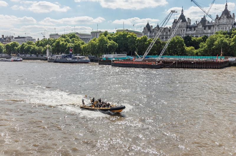 Лондон/Великобритания, шлюпка 15-ое июля 2019 - скорости опыта нервюры Темза осмотр достопримечательностей быстро проходя вниз с  стоковое фото