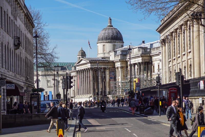 ЛОНДОН, ВЕЛИКОБРИТАНИЯ - ARIL 2017: Туристы в квадрате Trafalgar перед национальной галереей HDR стоковые изображения rf