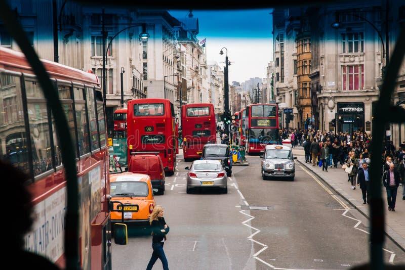 ЛОНДОН, Великобритания - 13-ое апреля: Взгляд улицы Оксфорда стоковые фото
