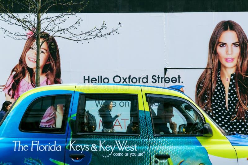 ЛОНДОН, Великобритания - 8-ое апреля 2015: Улица Оксфорда афиша на здравствуйте! стоковое изображение rf