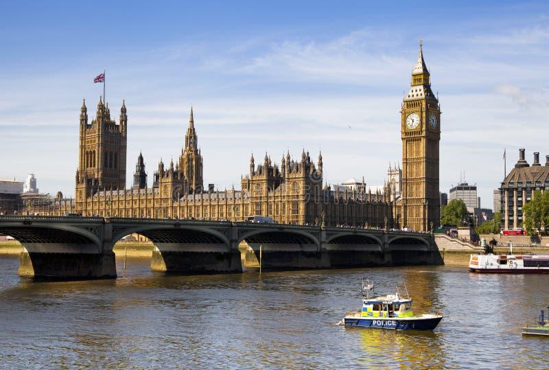 ЛОНДОН, Великобритания - 24-ое июня 2014 - большое Бен и парламент Великобритании на Реке Темза стоковое фото rf