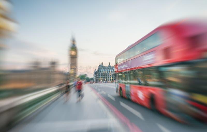 ЛОНДОН - ИЮНЬ 2015: Быстроподвижная шина на мосте Вестминстера с t стоковое фото rf