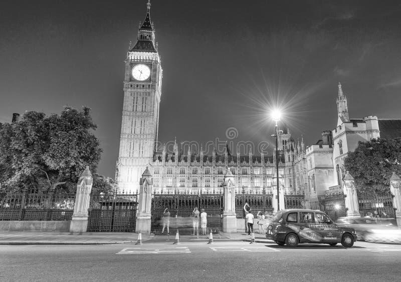ЛОНДОН - ИЮНЬ 2015: Туристы и движение вдоль Вестминстера Palac стоковые фотографии rf