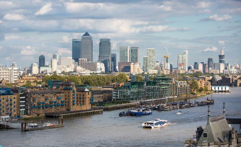 ЛОНДОН, канереечный взгляд причала, дело и ария финансов стоковые фотографии rf