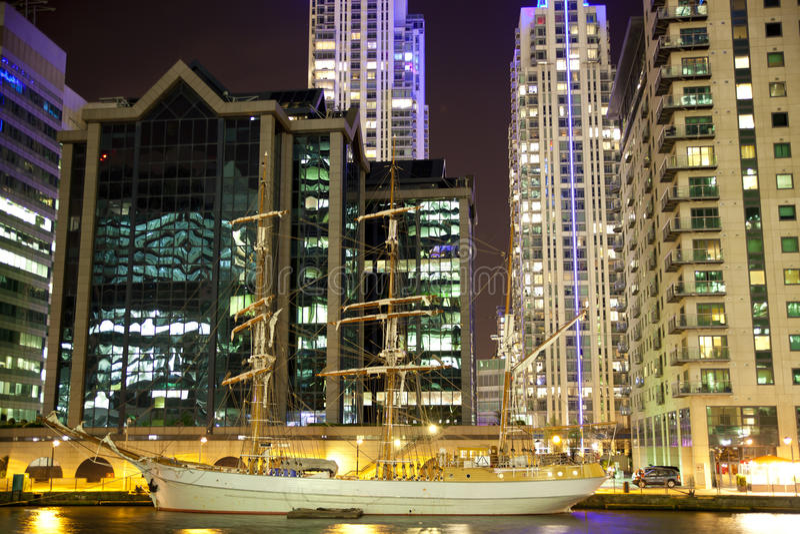 ЛОНДОН, КАНЕРЕЕЧНЫЙ ПРИЧАЛ Великобритания - взгляд квадрата причала 4-ое апреля 2014 канереечный в ноче освещает стоковая фотография rf