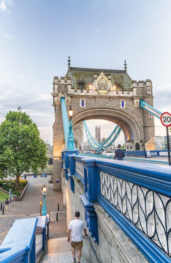 ЛОНДОН - МАЙ 2013: Туристы приближают к мосту башни Лондон привлекает 3 стоковое фото