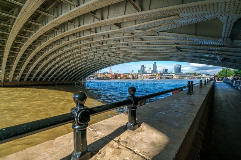 ЛОНДОН - 27-ОЕ ИЮЛЯ: Взгляд Underneath моста Blackfriars стоковые фото