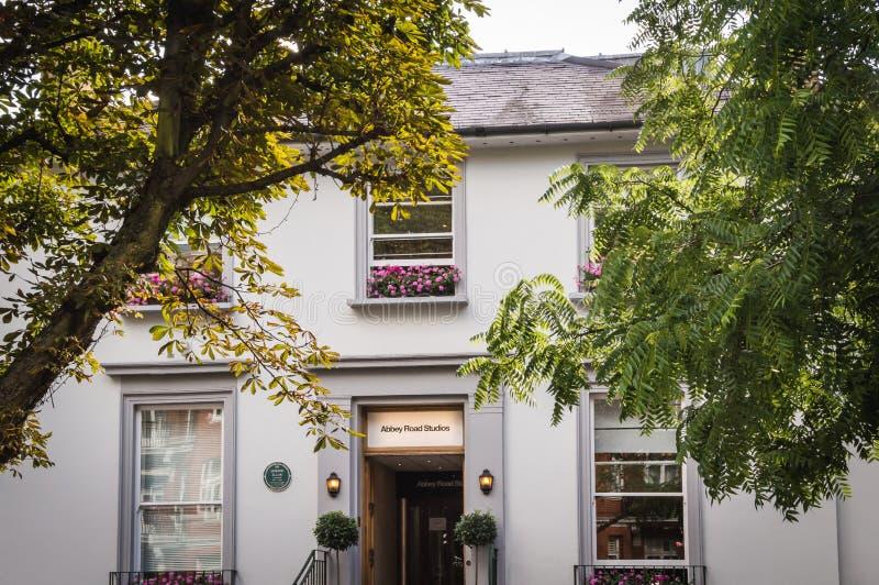 Лондон - 8-ое июля 2014: Фасад студий дороги аббатства окруженный растительностью стоковое изображение