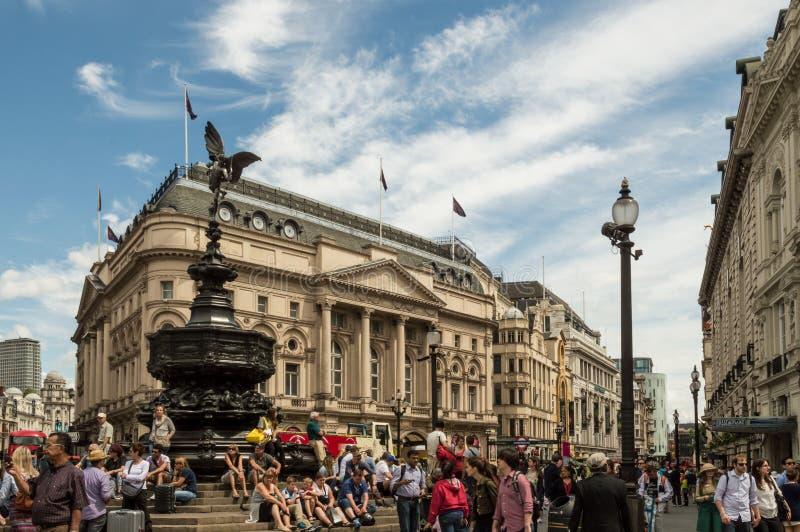 Лондон - 6-ое июля 2014: Цирк Piccadilly толпить с туристами летом стоковое изображение