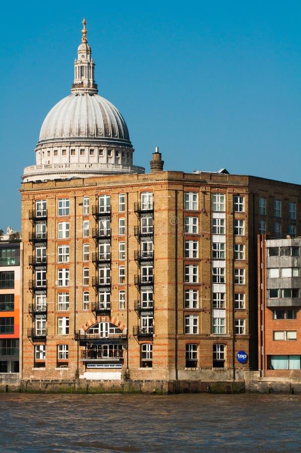 Лондон - 4-ое марта 2011 - купол собора St Paul смотря прищурясь вне за регулярным зданием, Лондоном стоковая фотография