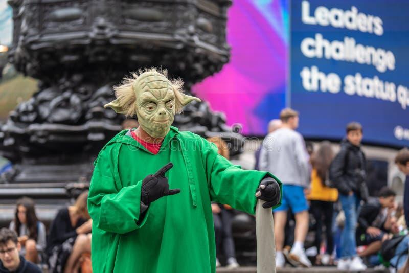 Лондон, Уэст Энд Londons в городе Вестминстера, Великобритании, июля 2019 Цирк Piccadilly Плавая yoda Художник улицы стоковые изображения