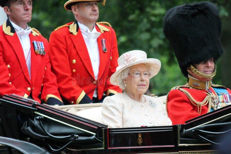 Лондон, Англия - 13-ое июня 2015: Ферзь Элизабет II в открытом экипаже с принцем Филиппом для собираться толпой цвет 2015 для тог стоковые фото