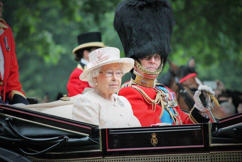 Лондон, Англия - 13-ое июня 2015: Ферзь Элизабет II в открытом экипаже с принцем Филиппом для собираться толпой цвет 2015 для тог стоковые фотографии rf