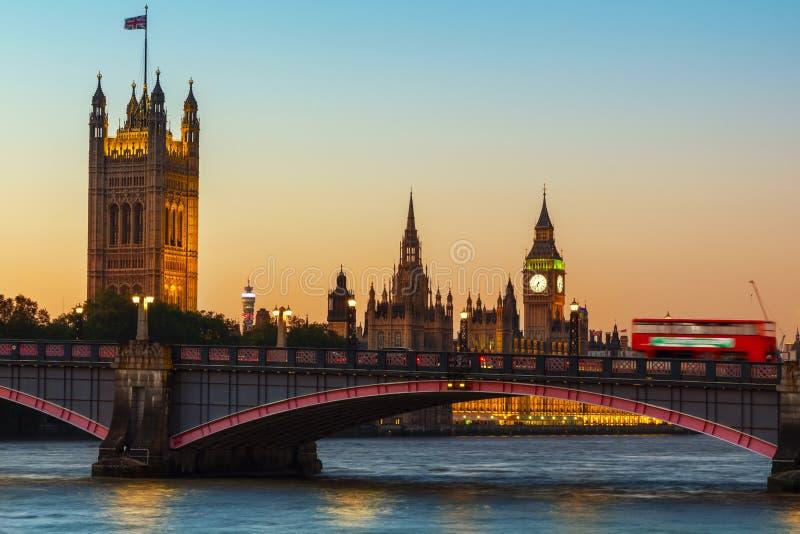 Лондон, большое Бен и парламент Великобритании на сумраке стоковые фото