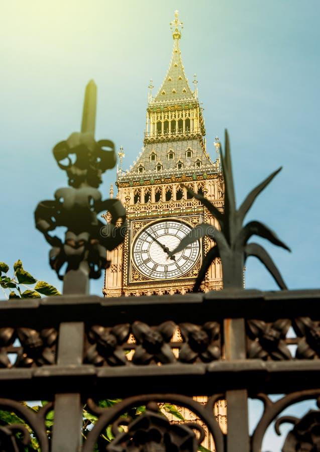 Лондон, большой день Бен солнечный и загородка защиты стоковое фото