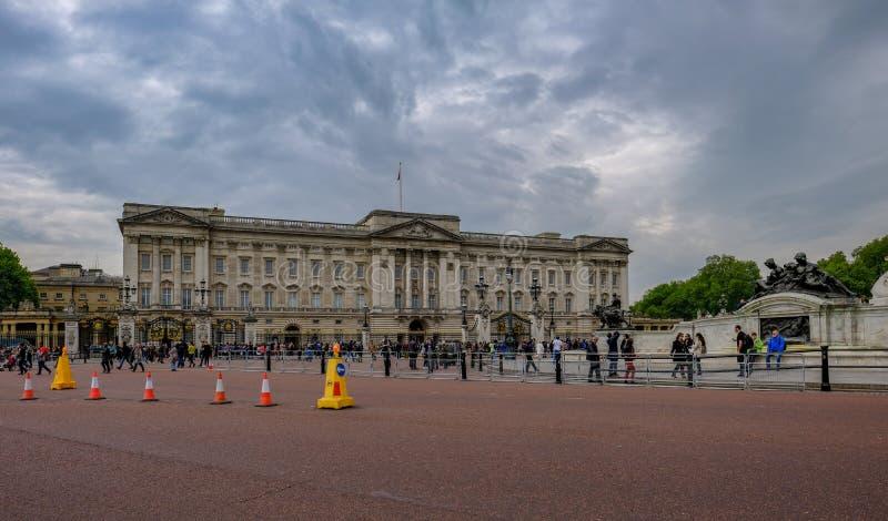 Лондон, Великобритания - 11-ое мая 2017: Букингемский дворец с сериями людей стоковое изображение