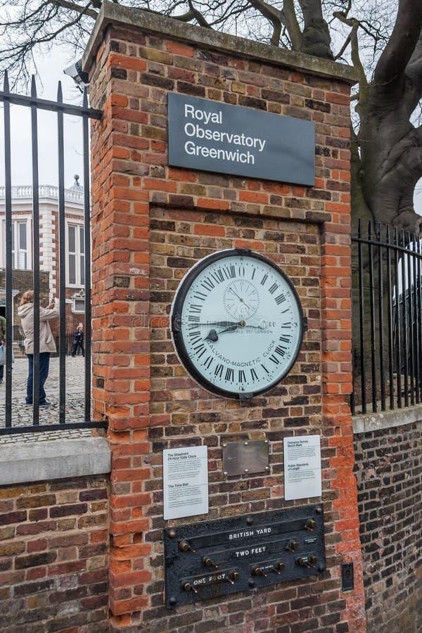 Лондон, Великобритания - около март 2012: Shepherd 24-часовые стандарты часов и публики строба длины в королевской обсерватории Г стоковое изображение rf