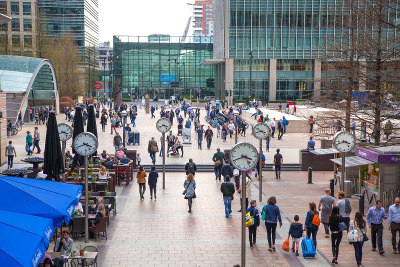Лондон, канереечный причал и серии людей идя через квадрат стоковая фотография rf